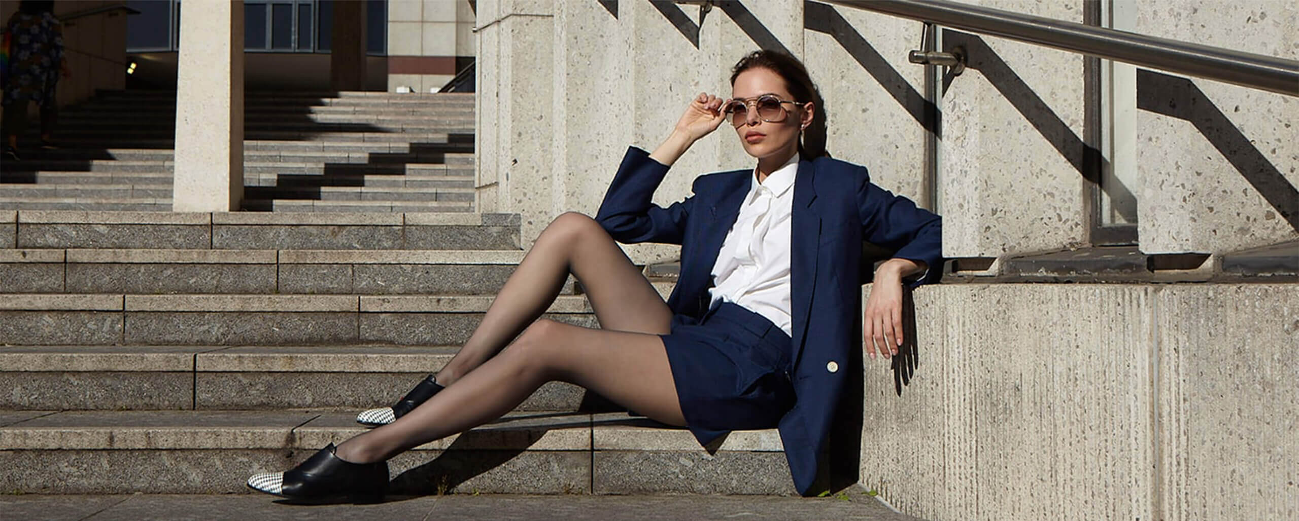 Mastra Ma' black oxford shoe for women featuring memory foam and red heart- smart lady sitting on stairs with sunglasses- desktop
